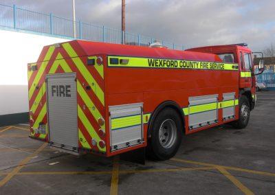 Camion d'intervention pompier avec fermeture à barre