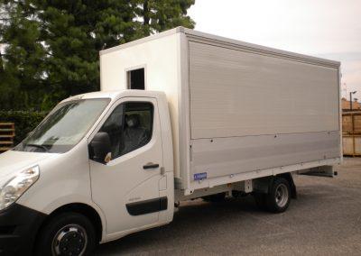 Camion équipé de rideaux roulants électriques