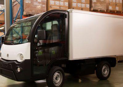 Camion spécial équipé de volets roulants en aluminium