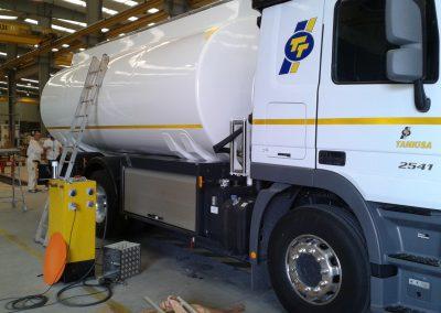 Coffre de camion citerne équipé de rideau aluminium anodisé