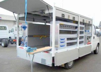 Camion industriel aménage avec rideaux personnalisés