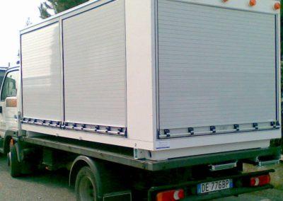 Camion industriel de transport avec rideaux gris véhicule