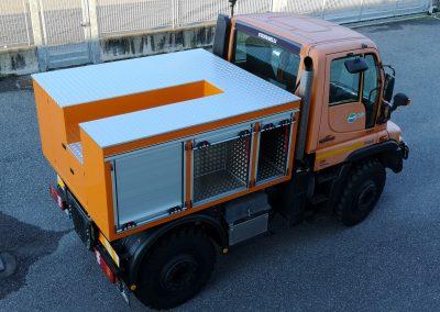 Caisson véhicule industriel équipé de rideaux à enroulement