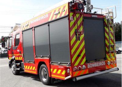 Camion de pompiers avec rideaux cintrés