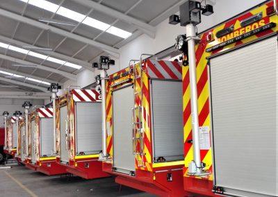 Camion d'interventions sapeurs-pompiers avec rideaux aluminium anodisés